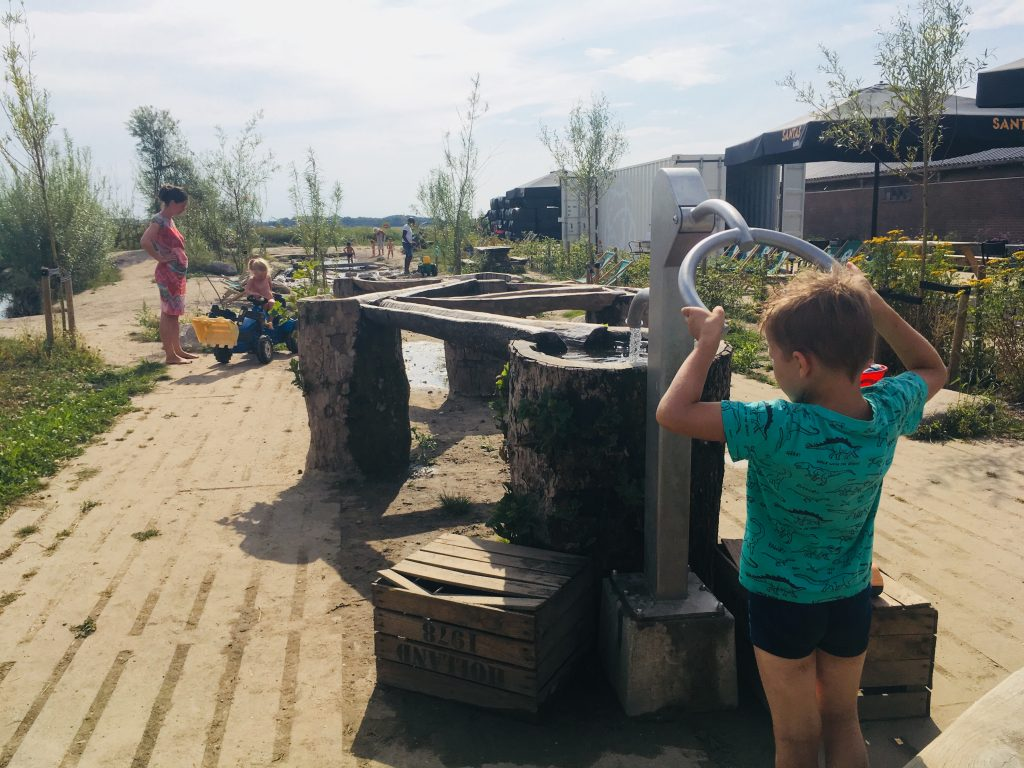 Speelnatuur waterpomp