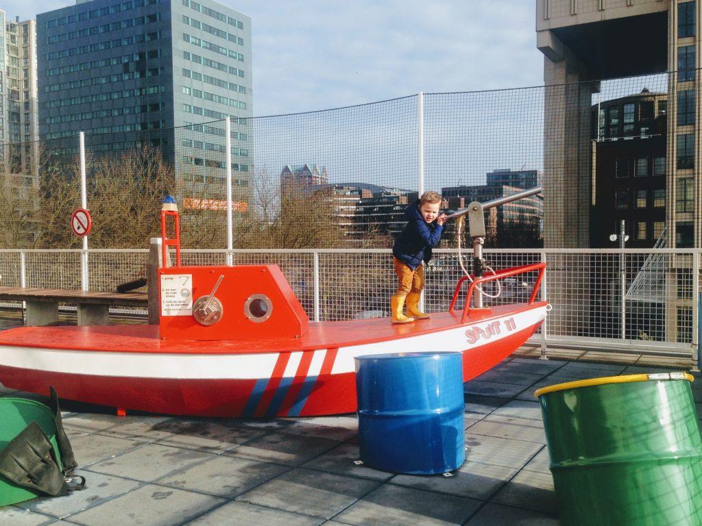 De blusboot op het dak van het museum