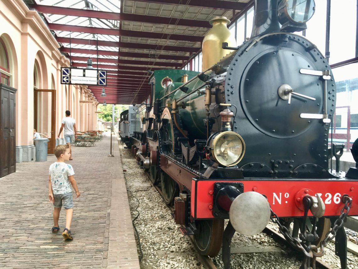 Stalen monster in het spoorwegmuseum