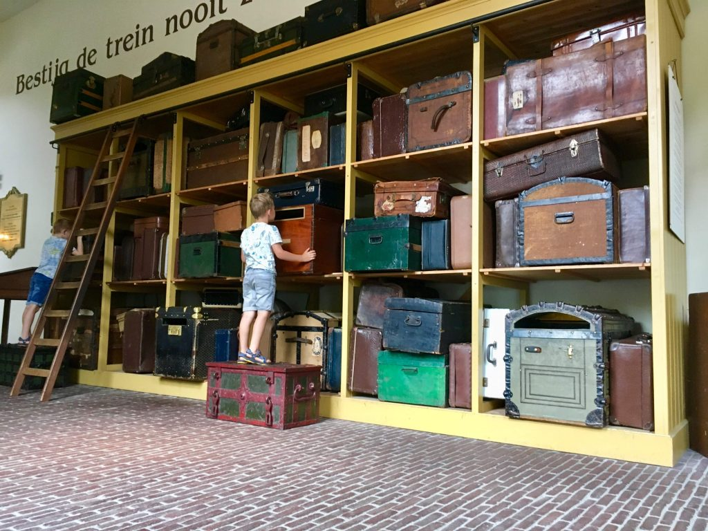 Sprookjes kijken in oude hutkoffers