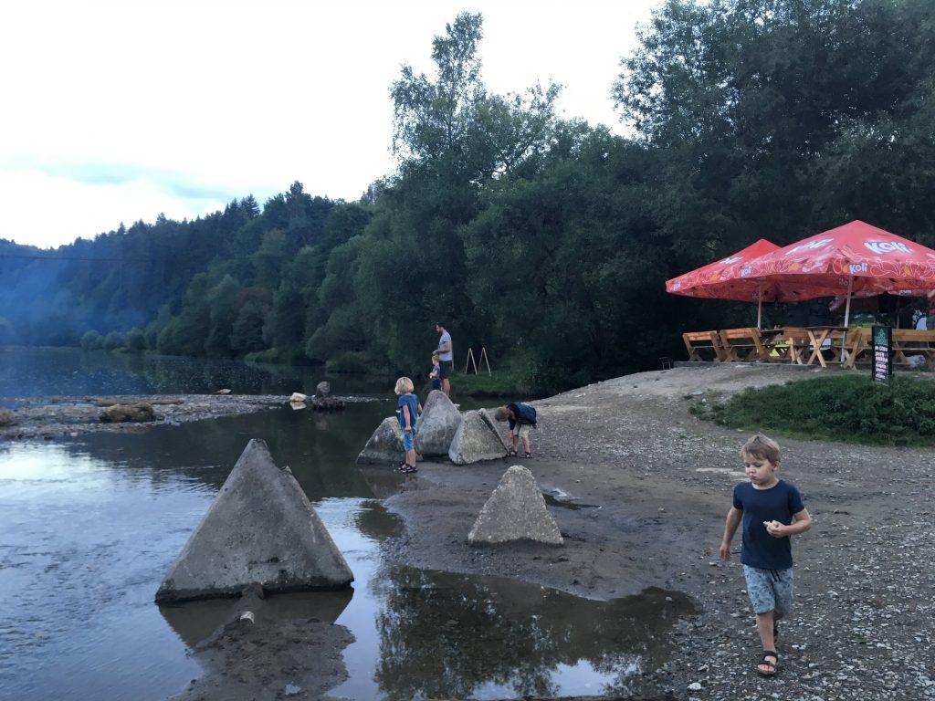 Ons kamp aan de moldau en terras waar we overnachten