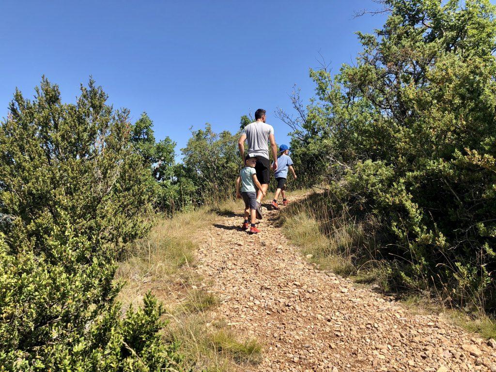 De berg omhoog lopen is warm ion de zomer zeker voor de kinderen