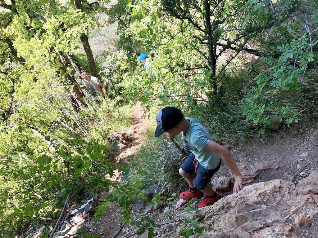 wandelen met de kinderen in de heuvels en de natuur bij de camping