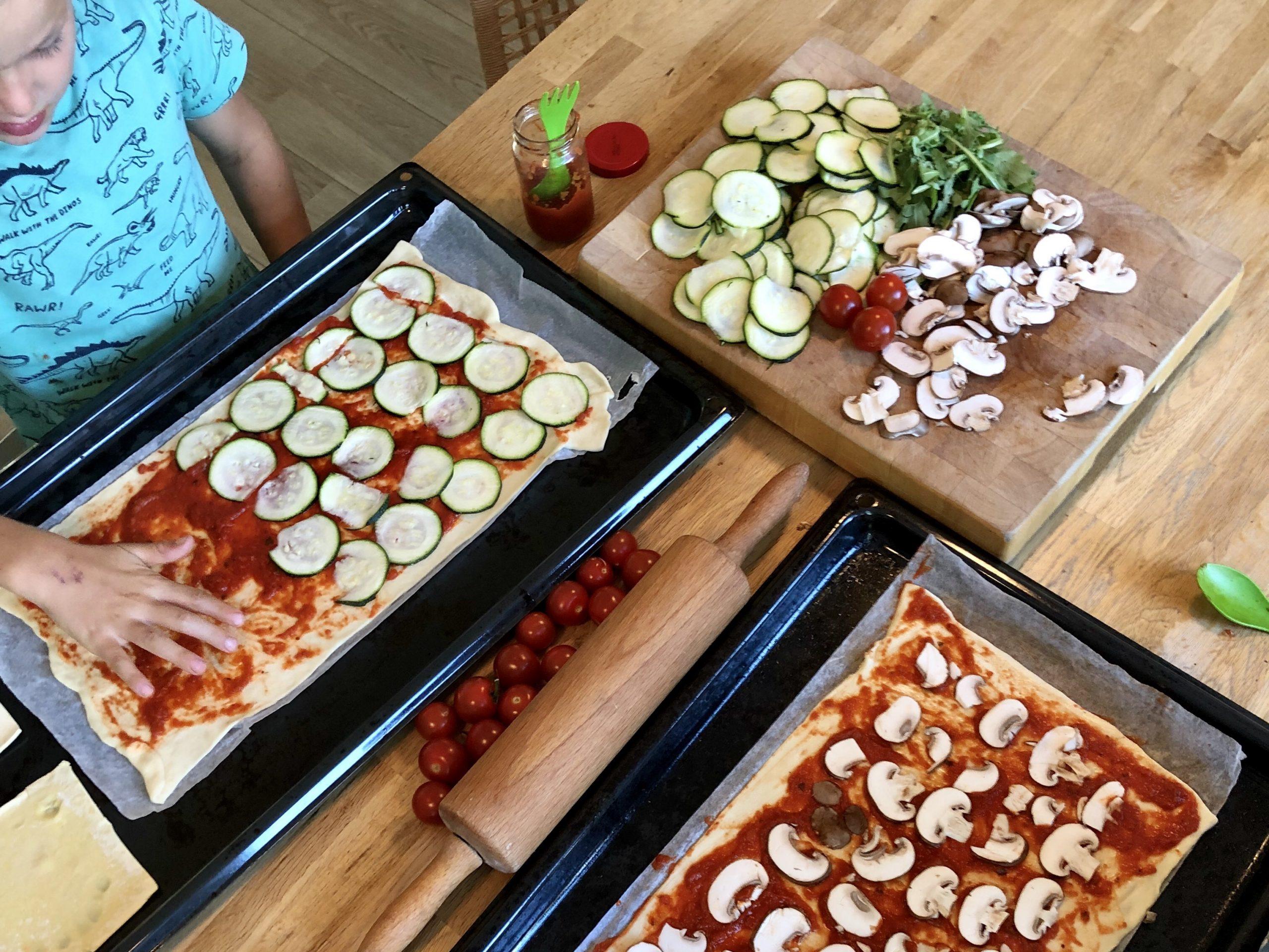 Pizza's bakken met kinderen