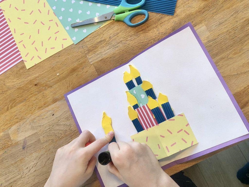 Popup verjaardagskaart knutselen. De kaarsjes plakken we erachter op