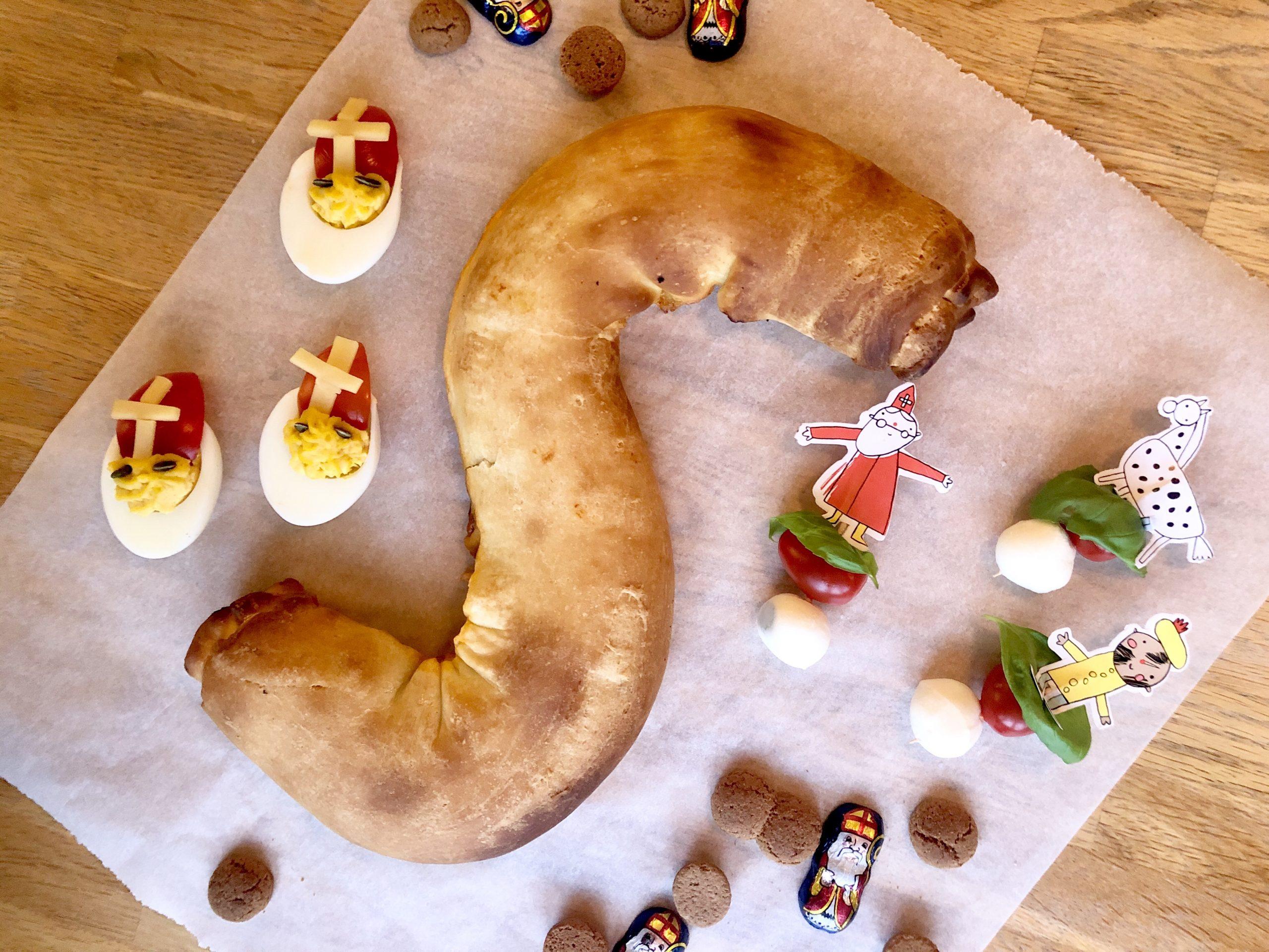 Sinterklaas hapjes voor tijdens het sinterklaasfeest. Gevulde eieren, pizza brood en spiesjes.