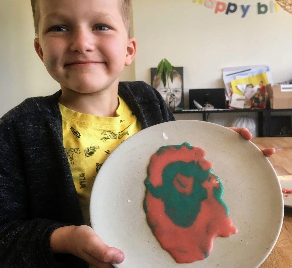 Gekleurde pannenkoek gebakken met de kinderen