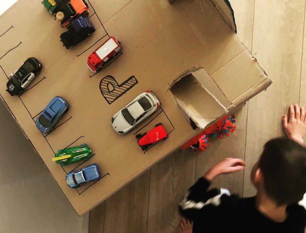 prkeergarage voor auto's van een oude doos