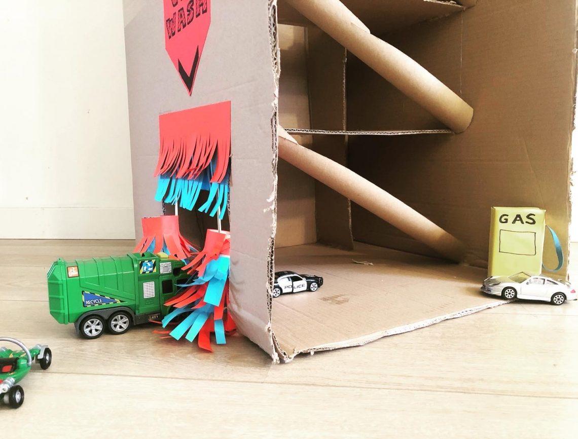 Gerecyclde garage van oude doos