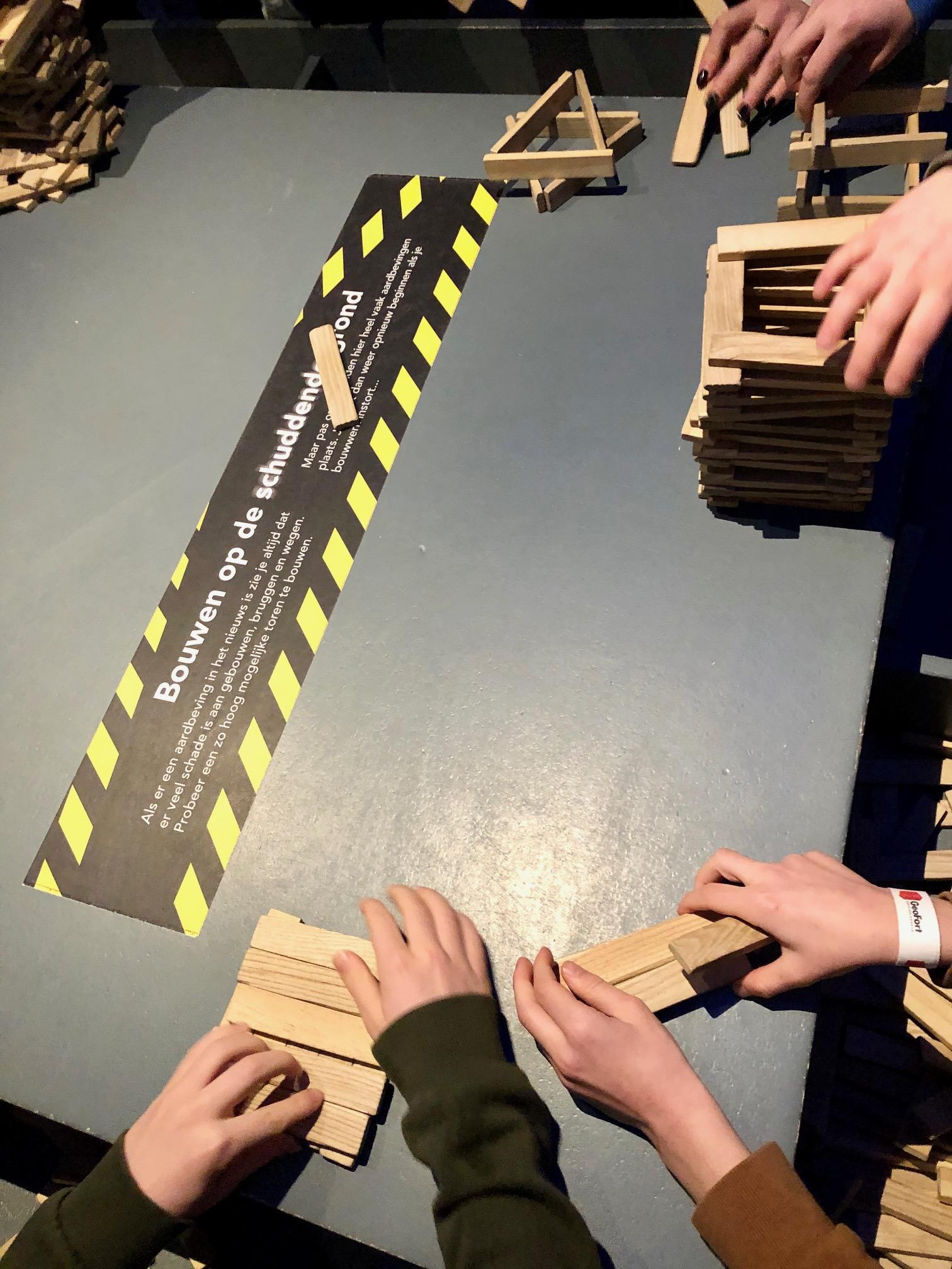 De schuddende tafel om een aardbeving na te bootsen