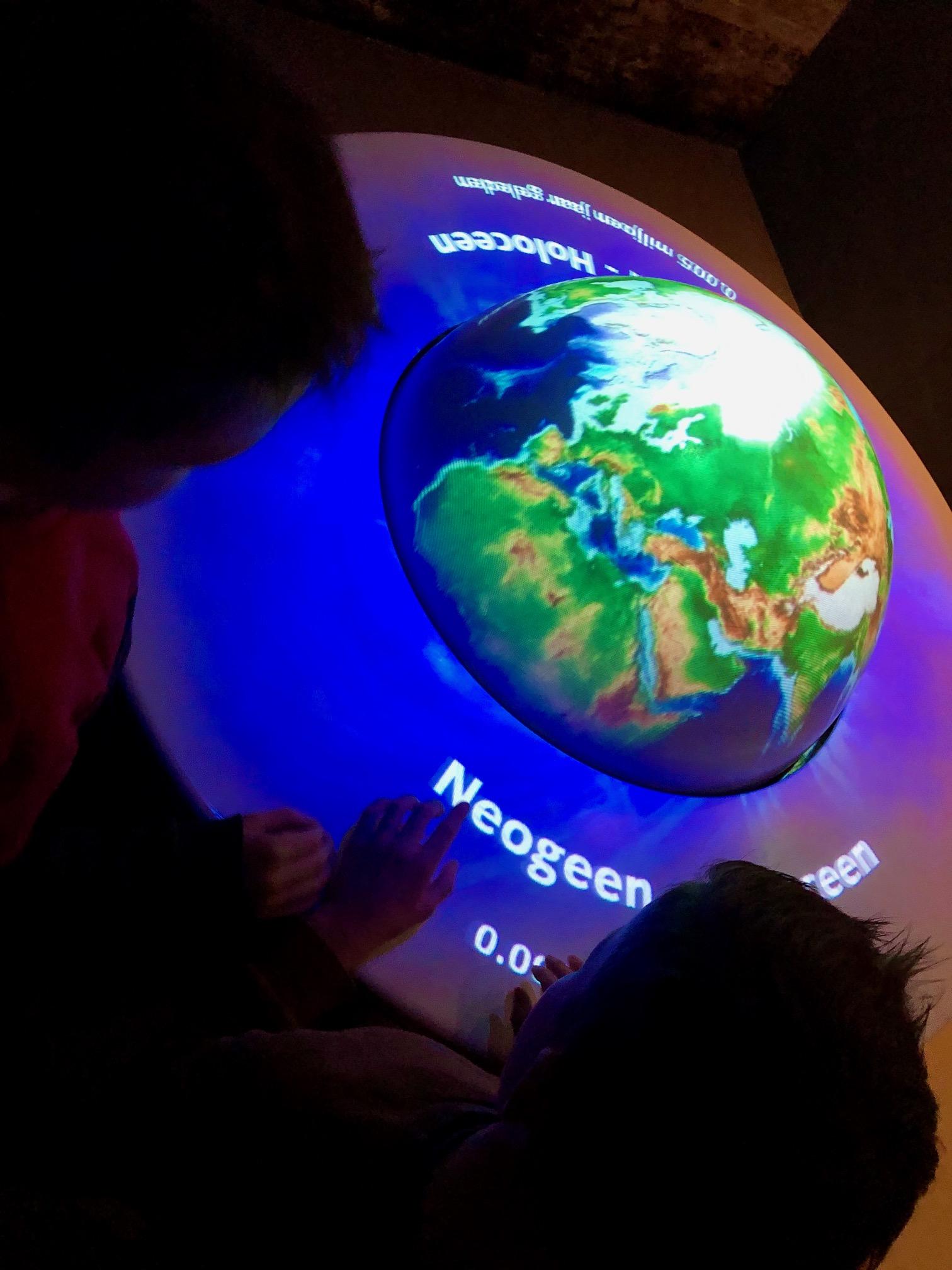Terug reizen met interactieve aardbol tot de prehistorie