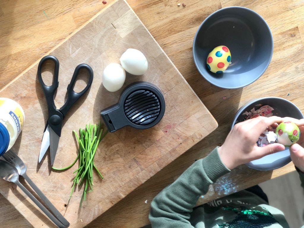 Eieren pellen voor de eiersalade