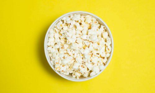 Thuis een film kijken in je thuisbioscoop met popcorn