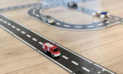 Puizzel van een autoweg leuk speelgoed oor kinderen