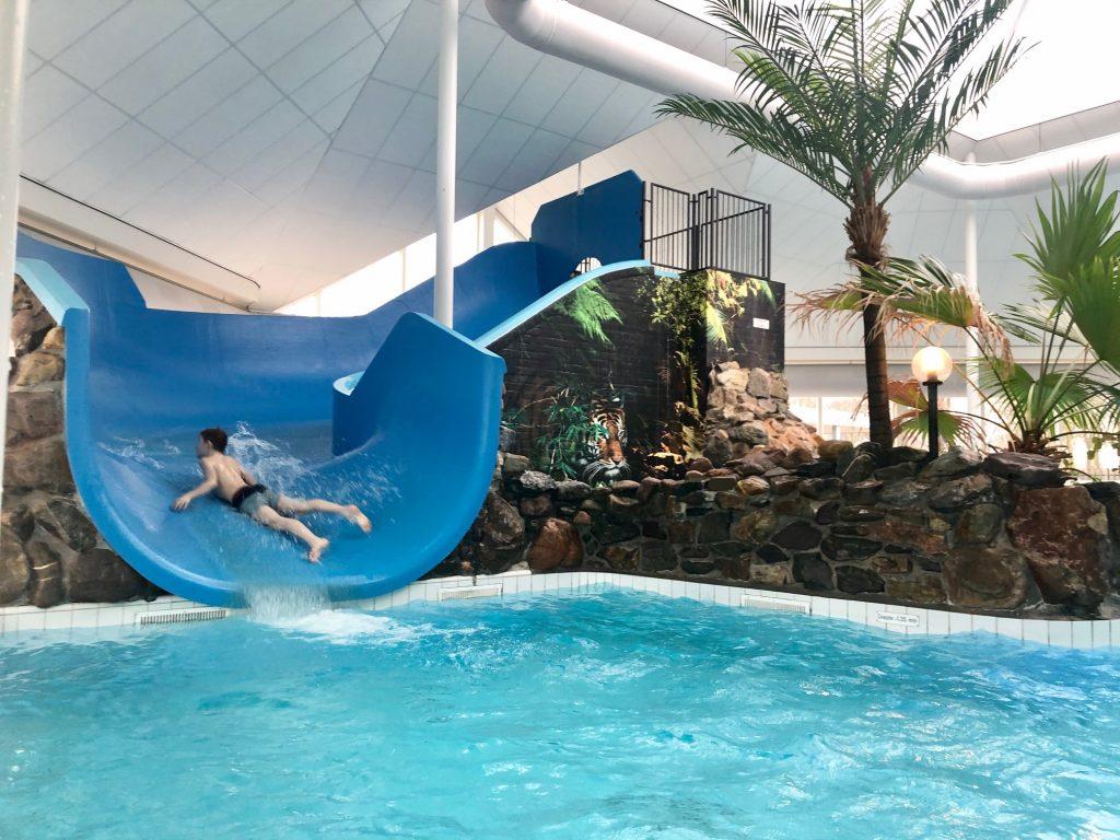 Glijbaan in het subtropisch zwembad