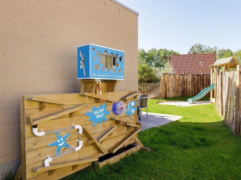 speeltoestel en glijbaan bij kindercottage center parcs